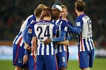 Fotbalisté Herthy Berlín se radují z gólu v síti Hannoveru