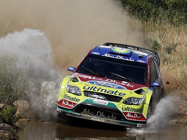 Mikko Hirvonen ve Fordu Focus RS WRC na trati druhé etapy Italské rallye.