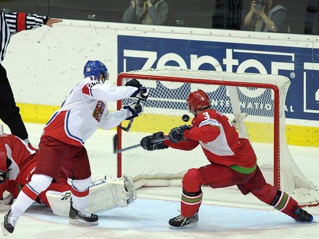 Útočník Petr Čajánek (vlevo) střílí proti Bělorusku první gól.