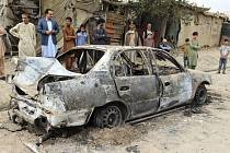 Vozidlo zničené raketovým útokem v Kábulu.