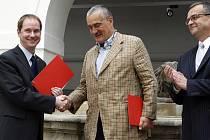 Předseda hnutí Starostové a nezávislí Petr Gazdík, předseda TOP 09 Karel Schwarzenberg a Miroslav Kalousek společně podepsali dohodu o spolupráci.