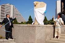 Zástupci města Mostu odhalili 16. dubna u městského divadla sochu Múzy