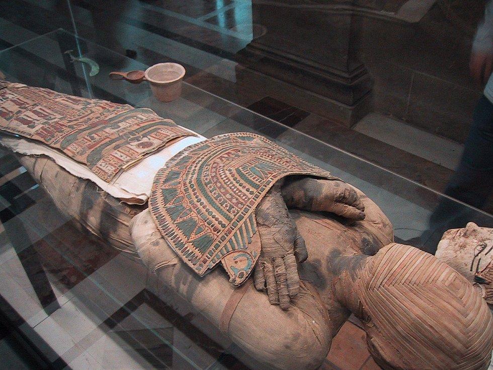 Tuto mumii mohou návštěvníci vidět ve francouzském Louvru.