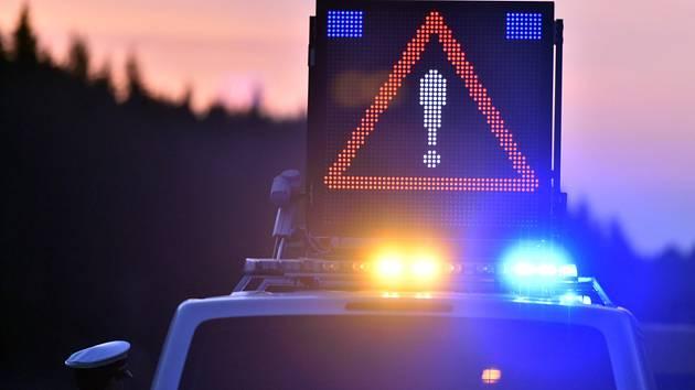 Rozsvicený výstražný trojúhelník na střeše policejního auta. Ilustrační foto