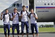 Na pražské letiště ve Kbelích přiletěla 13. srpna další část sportovců z olympijských her v Londýně. Na snímku členové bronzového čtyřkajaku (zleva) Jan Štěrba, Lukáš Trefil, Josef Dostál a Daniel Havel.