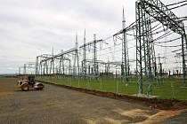 V rozvodně Hradec na Chomutovsku začala 2. června výstavba speciálních transformátorů, které budou sloužit na udržení stability rozvodné sítě.