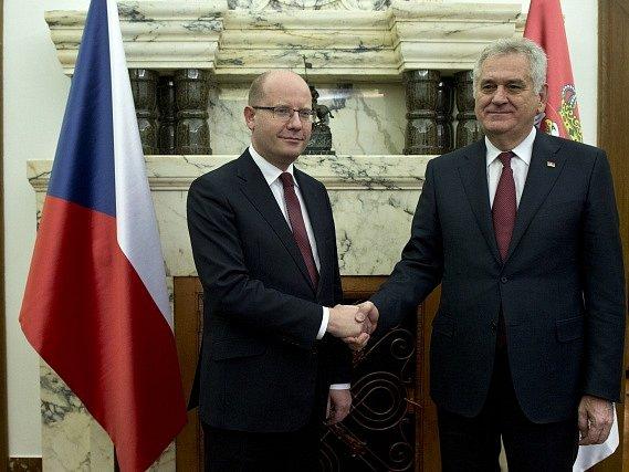 Premiér Bohuslav Sobotka (vlevo) se setkal 30. listopadu v Praze se srbským prezidentem Tomislavem Nikoličem.