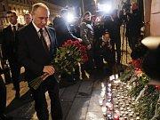 Vladimir Putin uctil oběti teroristického útoku v petrohradském metru.