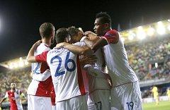 Fotbalisté Slavie se radují z gólu proti Villarrealu.