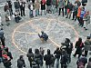 Znak míru vytvořili ze svíček na závěr konferenci proti zbrojení v Březnici na Příbramsku její účastníci.