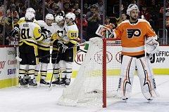 Hokejisté Pittsburghu se radují z gólu, vpravo přihlíží gólman Philadelphie Petr Mrázek.