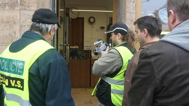 Dva ozbrojení lupiči přepadli ve středu 9. listopadu 2011 zlatnictví v Jedlové ulici v Plzni - Slovanech. Se střelnou zbraní a nožem požadovali po majiteli obchodu vydání zboží. Zlatník začal střílet z pistole a při tom zranil svého přicházejícího syna.