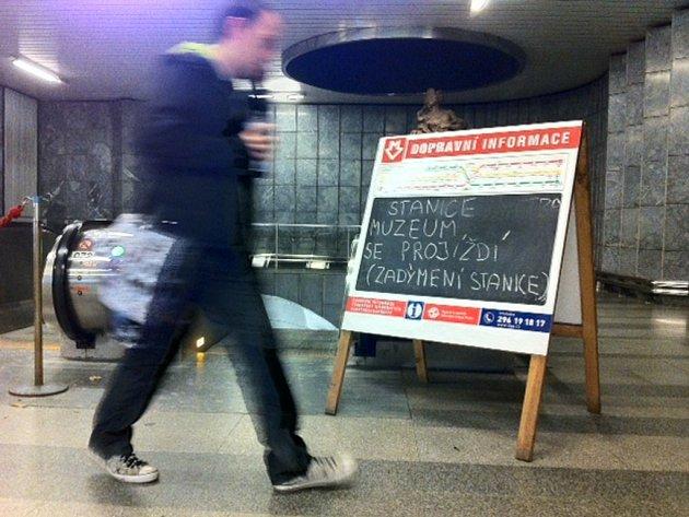 Ve stanici metra Muzeum dnes ráno začal hořet eskalátor, na místě zasahují hasiči.