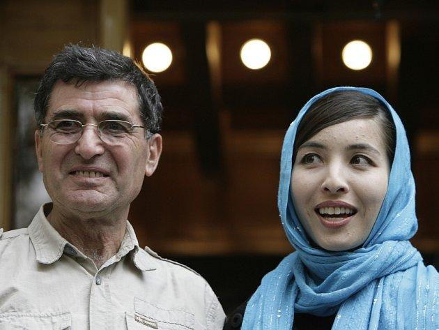 Roxana Saberiová se svým otcem Rézou Saberim po propuštění z vězení.