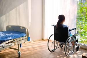 Pacienti trpí poruchami zraku, citlivosti, hybnosti, koordinace a rovnováhy. Mají problémy sřečí, trápí je svalové křeče, únava, akutní i chronické bolesti, změny nálad, deprese a poruchy paměti.