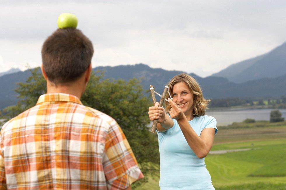 Střelbu trénujte na vhodný terč, třeba takové plechovky mají své nenapodobitelné kouzlo. Jen dejte pozor, ať vám prak při napínání nevyklouzne z ruky a neuhodí vás do obličeje; pak by zábava dostala zcela jistě nechtěnou příchuť.