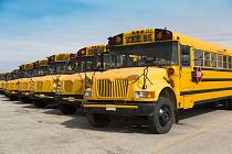 Tradiční žluté školní autobusy v USA.