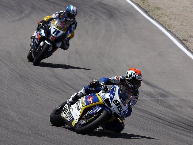 Jakub Smrž (vpravo) jede před Japoncem Kagajamou na Hondě v závodě MS superbiků v Miller Parku v USA.