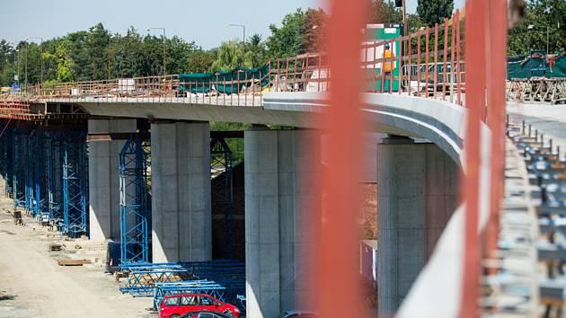 Dělníci pokračují 30. července 2020 ve stavbě estakády na silnici I/55 v přerovské části Předmostí