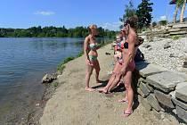 Lidé na přírodním koupališti. Ilustrační foto