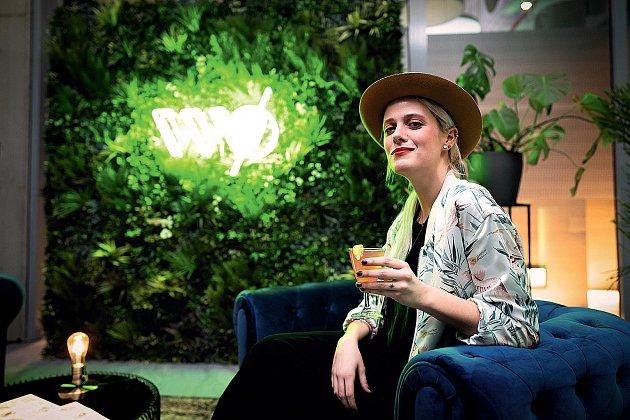 Nealkoholickým koktejlům holduje ivioloncellistka Terezie Kovalová, která přišla do karlínské Spojky projekt podpořit.