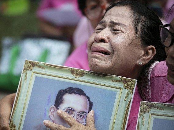 Ve věku 88 let zemřel thajský král Pchúmipchon Adundét.