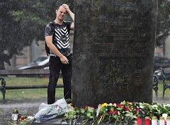 Na Vítězném náměstí v Praze mohli lidé 8. srpna 2018 uctít památku tří českých vojáků, kteří zahynuli v neděli 5. srpna 2018 při sebevražedném útoku v Afghánistánu.