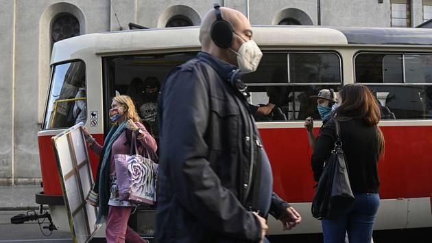 Lidé v rouškách v Praze