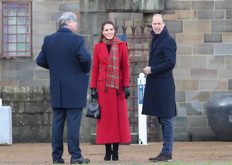 Princ William a vévodkyně Kate vyrazili na návštěvu zámku v Cardiffu.