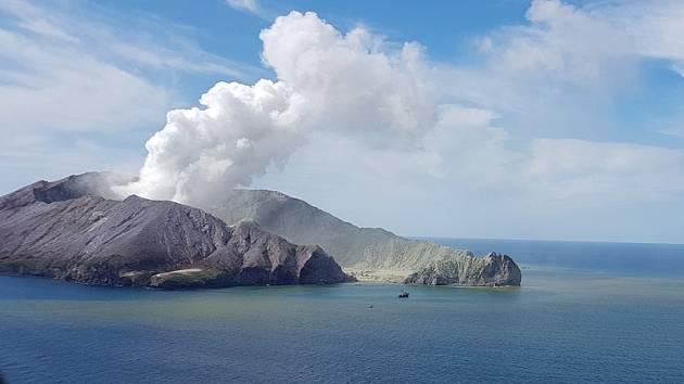 Erupce sopky na novozélandském ostrůvku White Island.
