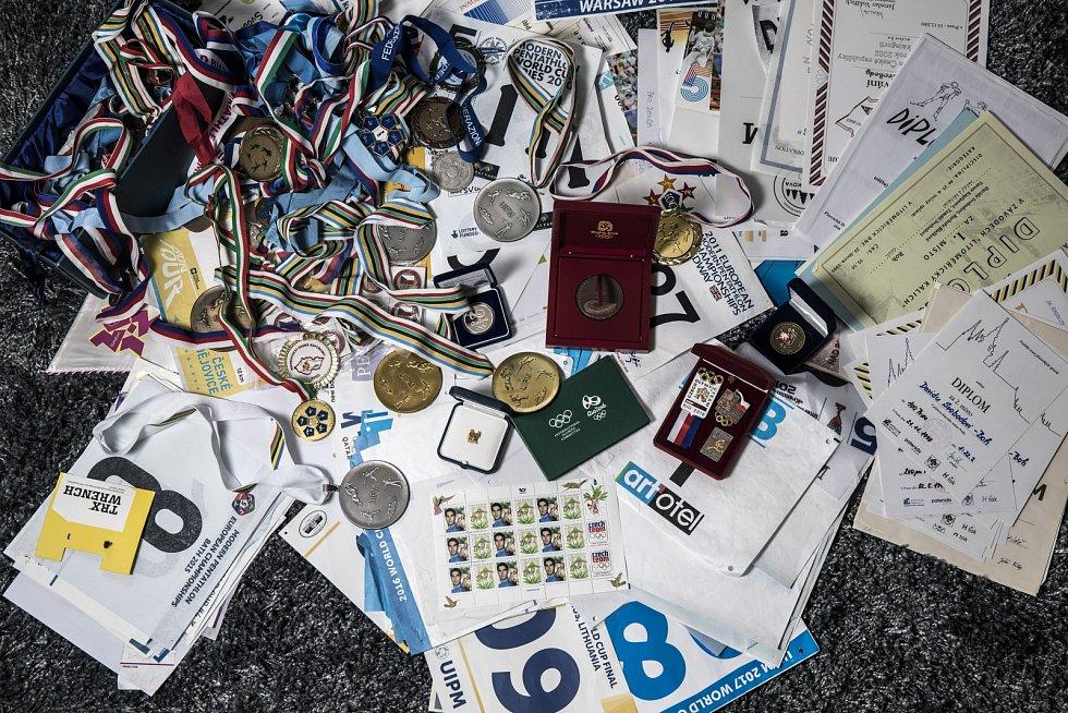 Něco z jeho jedinečné sbírky medailí.