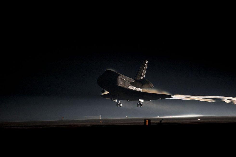 Návrat na Zem. Přistání raketoplánu Atlantis po jeho poslední misi, 21. červenec 2011. Jde zároveň o poslední ukončení cesty amerického raketoplánu do vesmíru.