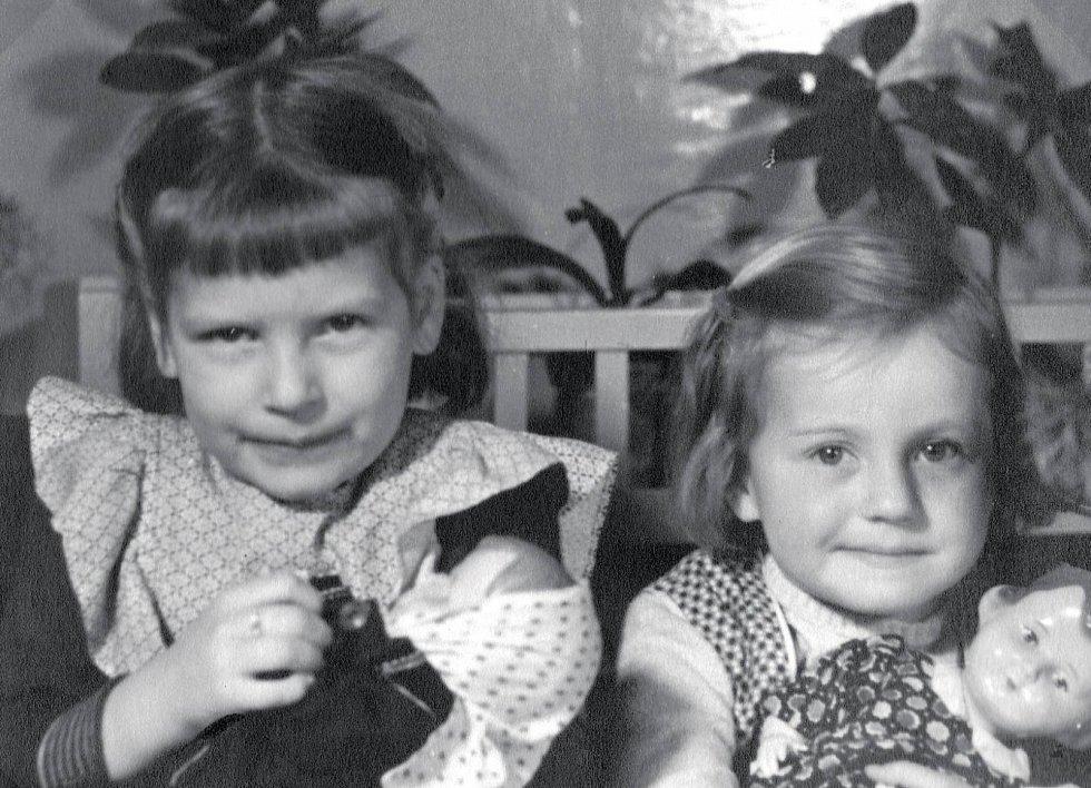 Vzpomínka na dětství: Iva se starší sestrou Lenkou, která je také spisovatelkou (1956).