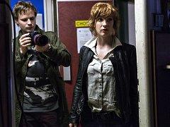 CLONA. Lenka (Vica Kerekeš) a kameraman Roman (Kryštof Hádek), hrdinové připravovaného seriálu.