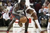 V utkání Clevelandu se Charlotte sváději tvrdý souboj hostující Jason Richardson (vlevo) s domácím Danielem Gibsonem.