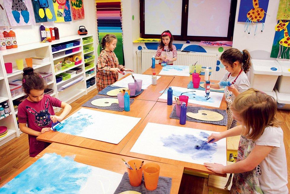 Prázdná čtvrtka se rychle zaplňuje. Zadání zní: žirafa vody, takže modrá barva se sama nabízí. Co všechno ale děti tentokrát napadne? A co byste namalovali vy?
