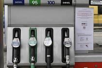 Čerpací stanice, tankování benzinu - ilustrační foto.