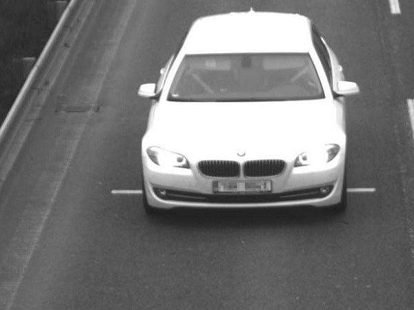 Pachatelé z místa ujeli vozidlem BMW bílé barvy.