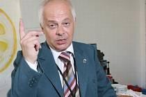 ŠOUMEN. Bohumil Klepl mimojiné exceluje v seriálu Letiště jako ředitel letecké společnosti