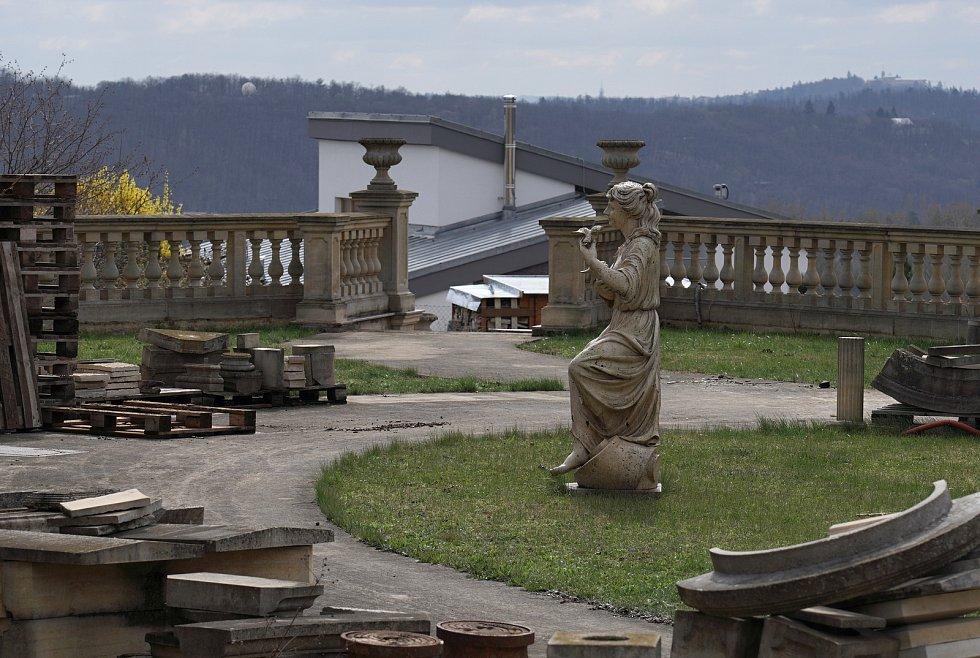 Nádvoří nedokončené vily v Rozdrojovicích na Brněnsku vypadá jako místo duchů.