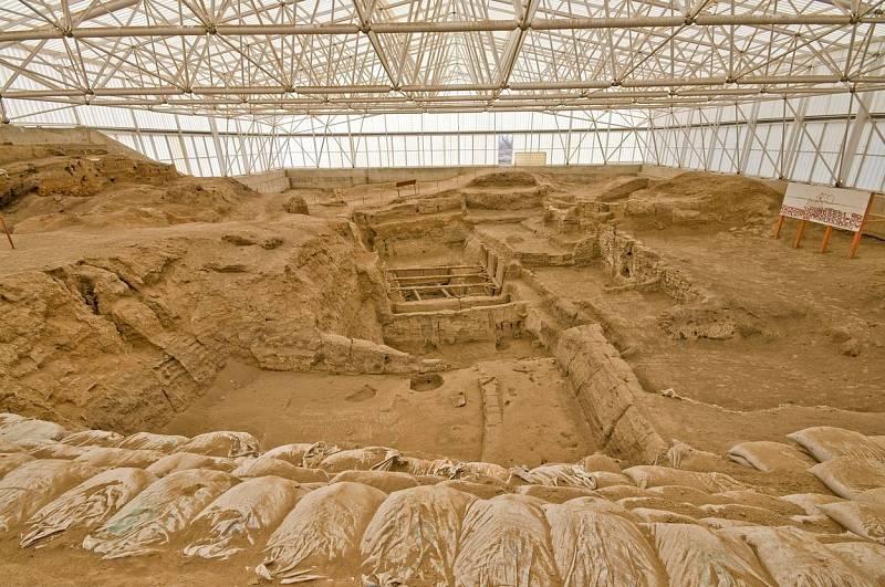Çatal Höyük je zapsaný na seznam světového dědictví UNESCO. Sídlo je považované za jedno z prvních prehistorických měst na světě a je o tisíc let mladší než Asikli Höyük. Lidé v něm žili od roku 7100 do roku 5950 před naším letopočtem.