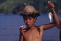 Osmiletý Indonésan Ilham kouří dvě krabičky cigaret denně. Začal ve čtyřech letech a má záchvaty vzteku, když mu rodiče chtějí cigaretu odepřít.