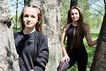Sestry Ester (vlevo) a Nikola Bendovy.