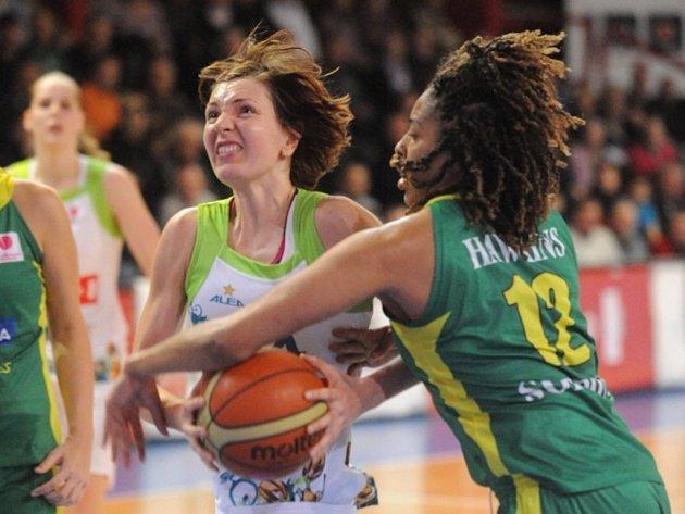 Tereza Pecková z IMOSu Brno (vlevo) se snaží prosadit proti Šoproni.