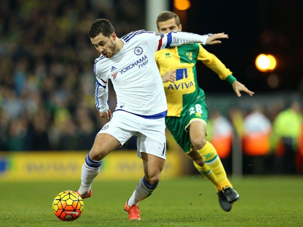 Eden Hazard z Chelsea (vlevo) proti Norwichi.