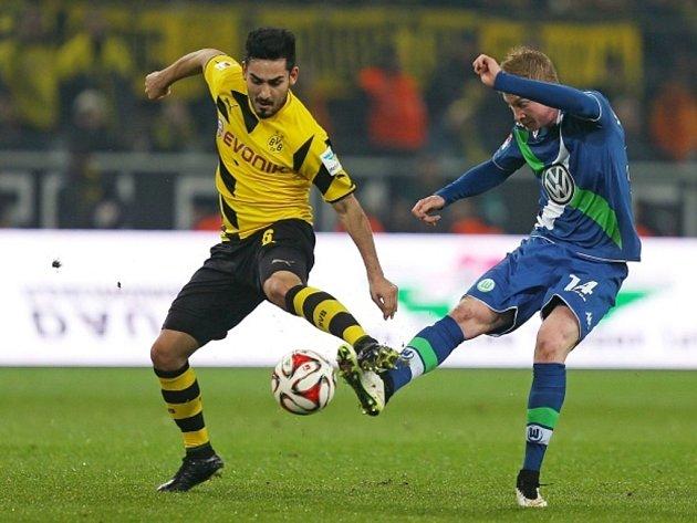Ilkay Gündogan z Dortmundu (vlevo) a Kevin de Bruyne z Wolfsburgu.