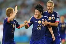 Fotbalisté Japonska se radují z gólu proti SAE.