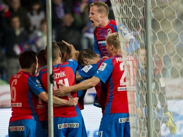 Fotbalisté Plzně se radují z gólu proti Spartě.