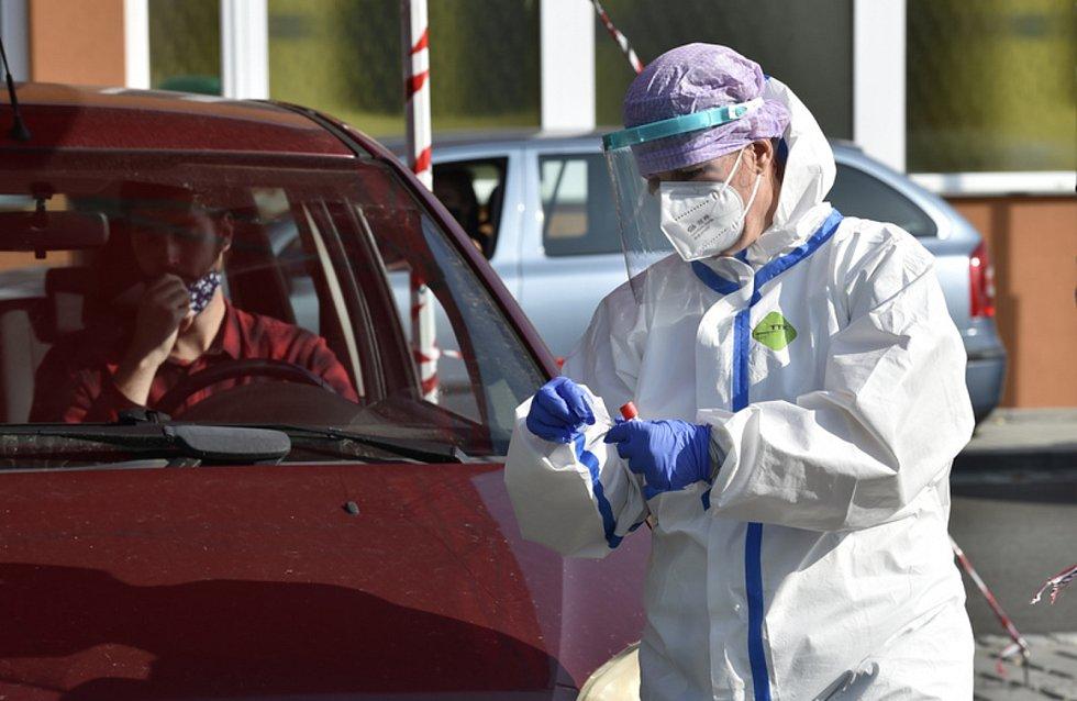 Zdravotníci pokračovali 21. září 2020 na odběrovém místě Krajské nemocnice Tomáše Bati ve Zlíně s testováním lidí s podezřením na nemoc covid-19. Lidé při odběru nemusí vystupovat z automobilu