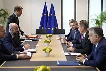 Předseda Evropské rady Charles Michel (druhý zleva) hovoří na jednání s premiéry Maďarska Viktorem Orbánem (zprava), Česka Andrejem Babišem, Polska Mateuszem Morawieckim a Slovenska Peterem Pellegrinim na rozpočtovém summitu v Bruselu 21. února 2020